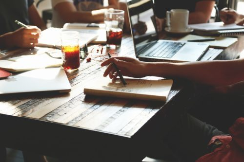 Samenwerken vergroot het werkplezier. Onderneem actie en vraag hulp bij je collega's.